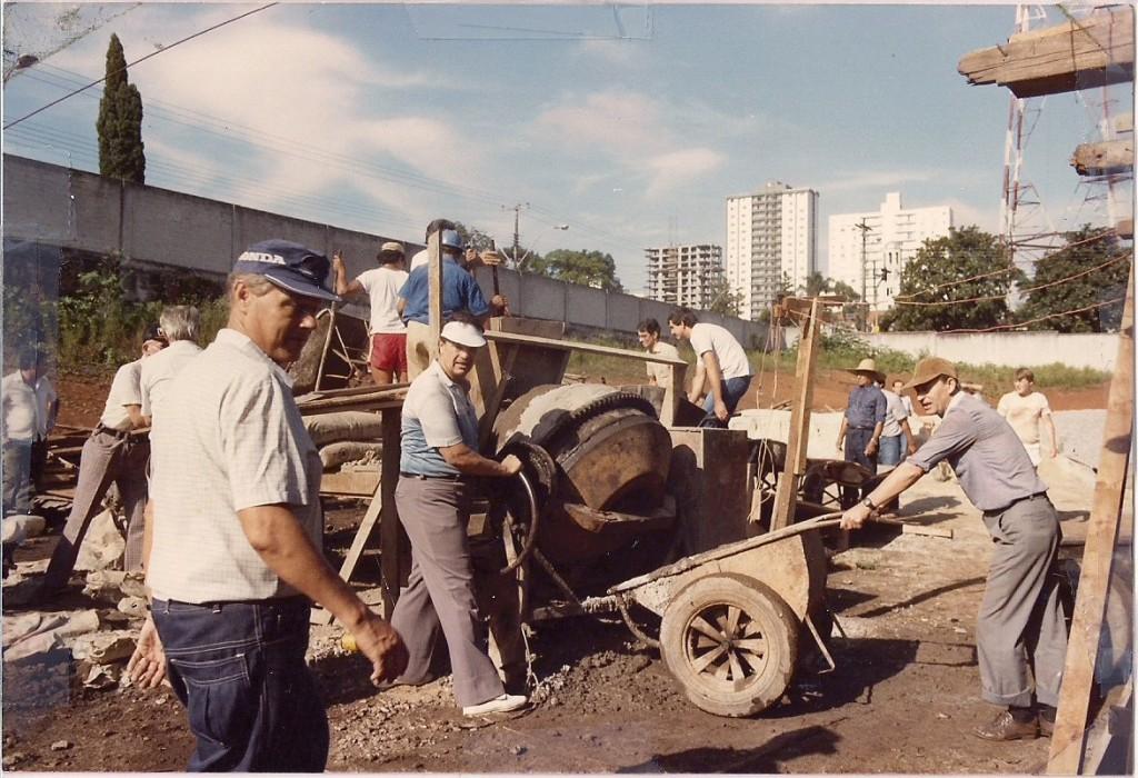 Mutirão após erguimentos das estacas e subida das vigas em março de 1985
