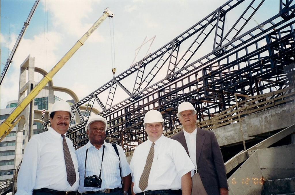 1ª etapa da cobertura- primeira viga sendo instalada - dezembro de 2000