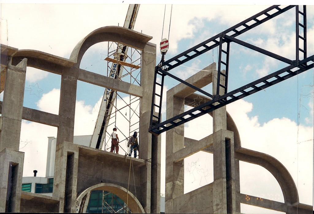 1ª etapa da cobertura - primeira viga sendo instalada - dezembro de 2000